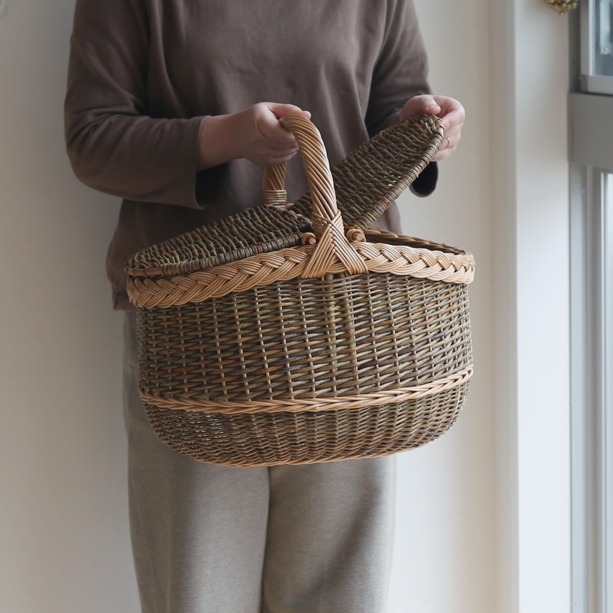 ラトビアのピクニックバスケット(フタつき)/かご/バスケット/ヤナギのかご