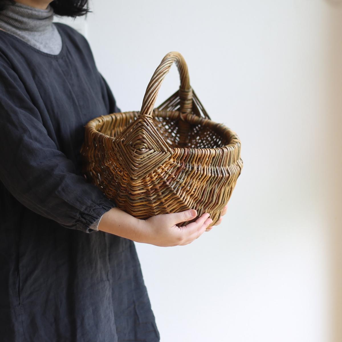 伝統模様の手編みのバスケット